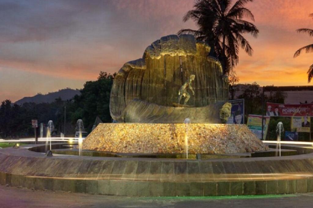 Patung Peselancar Pertegas Imej 'Surga' Ombak Mandalika