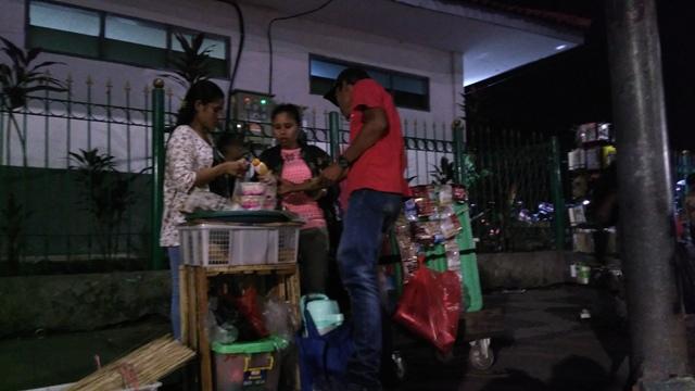 Kesemrawutan Trotoar Stasiun Pasar Minggu