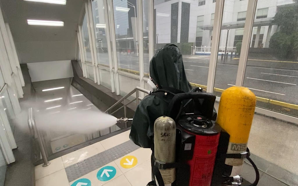Hujan Deras Tak Hentikan Desinfeksi Korona