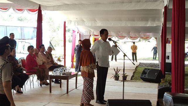 Jokowi Mengisengi Warga Jasem