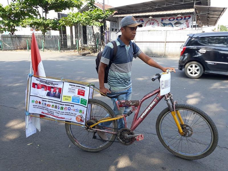 Pria Minang Bersepeda Ribuan Kilometer Kampanye Pemilu Damai