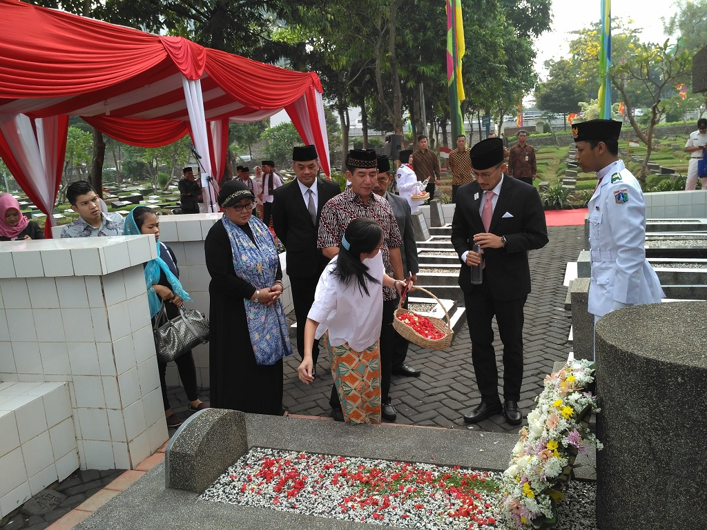 Sandi <i>Nyekar</i> Ke Makam MH Thamrin
