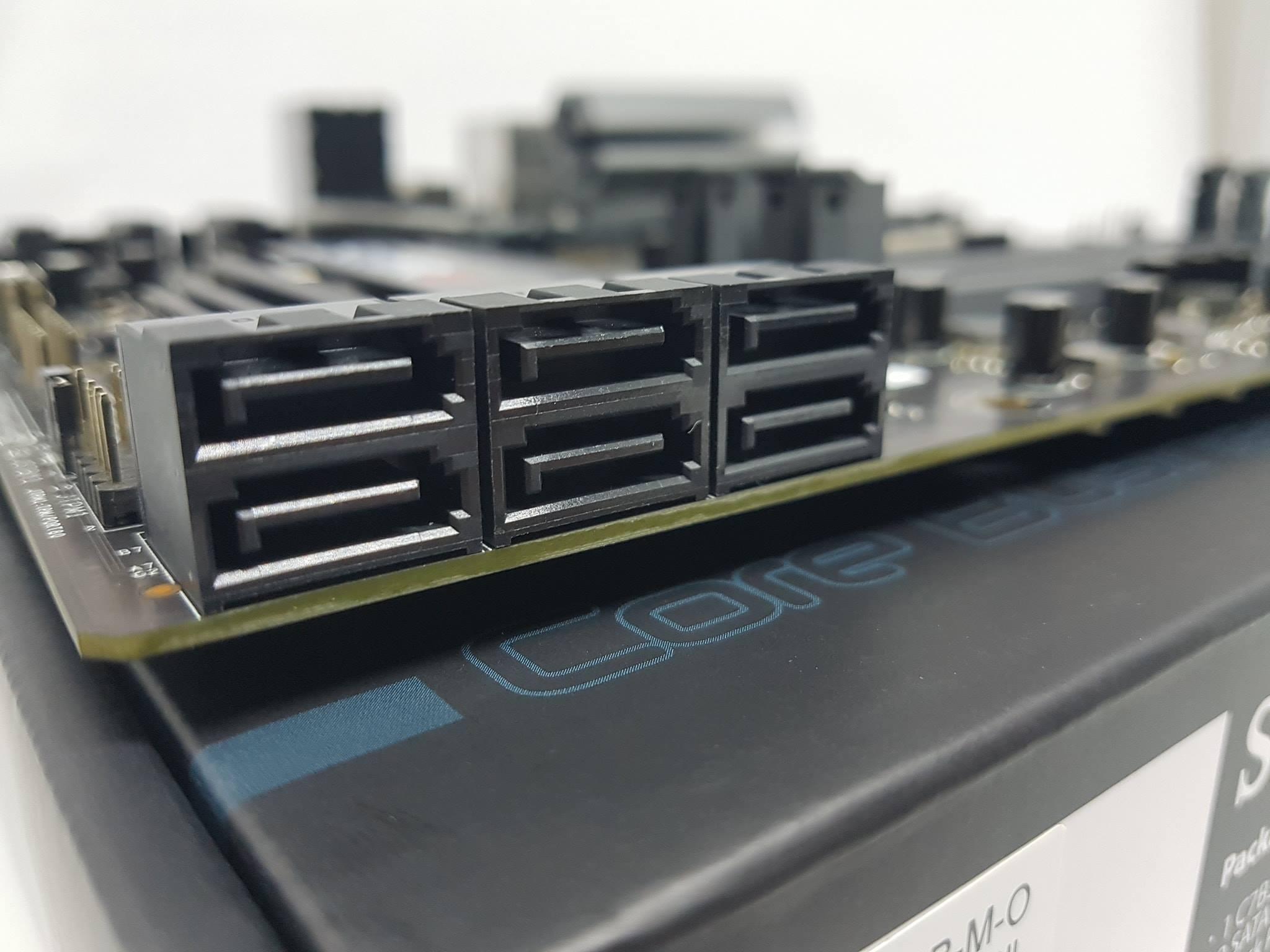 Untuk konektivitas grafis juga disediakan satu port HDMI dan satu DisplayPort Kemudian untuk kebutuhan audio Supero C7B360 CB M menyediakan lima lubang port