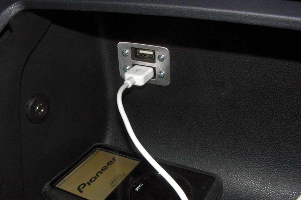 Trik Mudah Pasang Soket USB Tambahan di Mobil