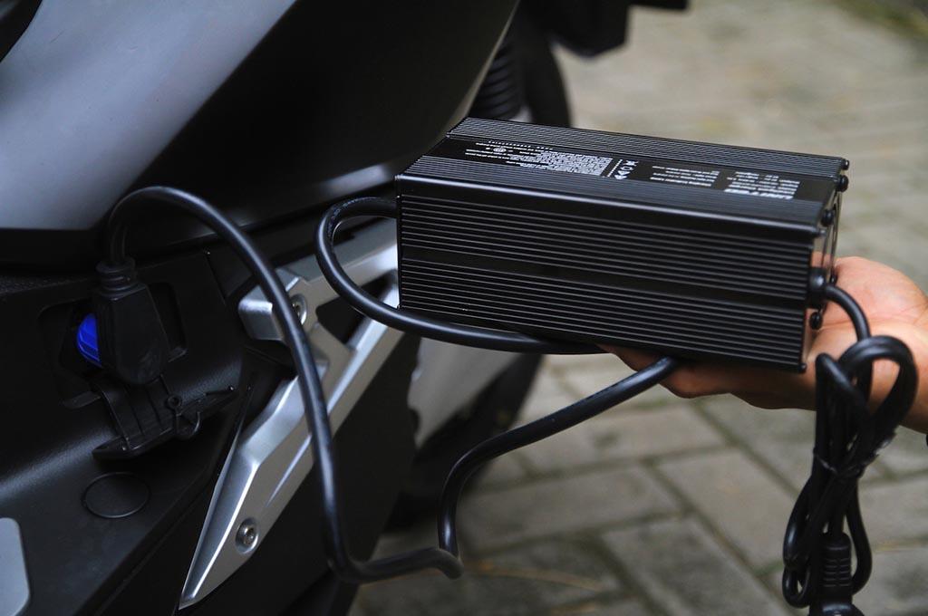 Kenali Cara Mengisi Daya Motor Listrik United T1800