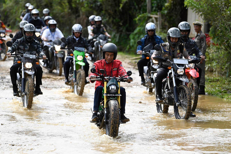 Jajal Jalan Baru Trans Kalimantan, Jokowi Tunggangi Kawasaki W175 Custom