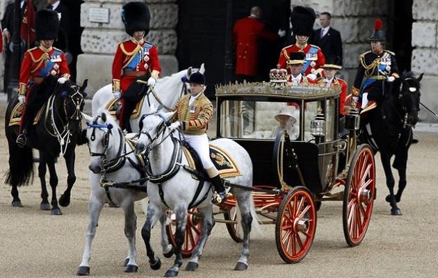 Parade Pasukan Warnai Ultah ke-93 Ratu Inggris