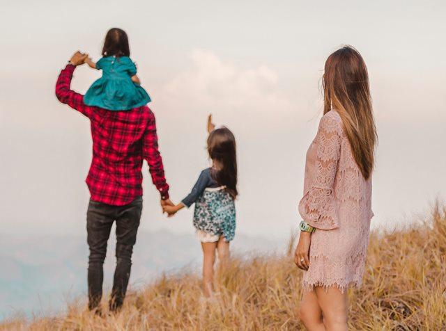 Mendidik Anak Menjadi Pribadi yang Peduli Sesuai Usia