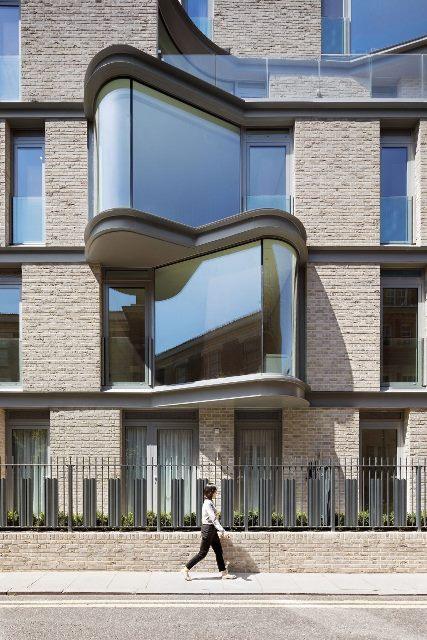 Apartemen dengan Fasad Jendela Melengkung