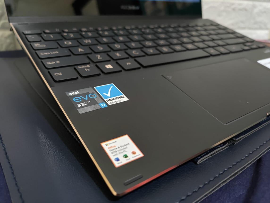 Asus ZenBook Flip S (UX371EA), Laptop Sekaligus Tablet Mewah
