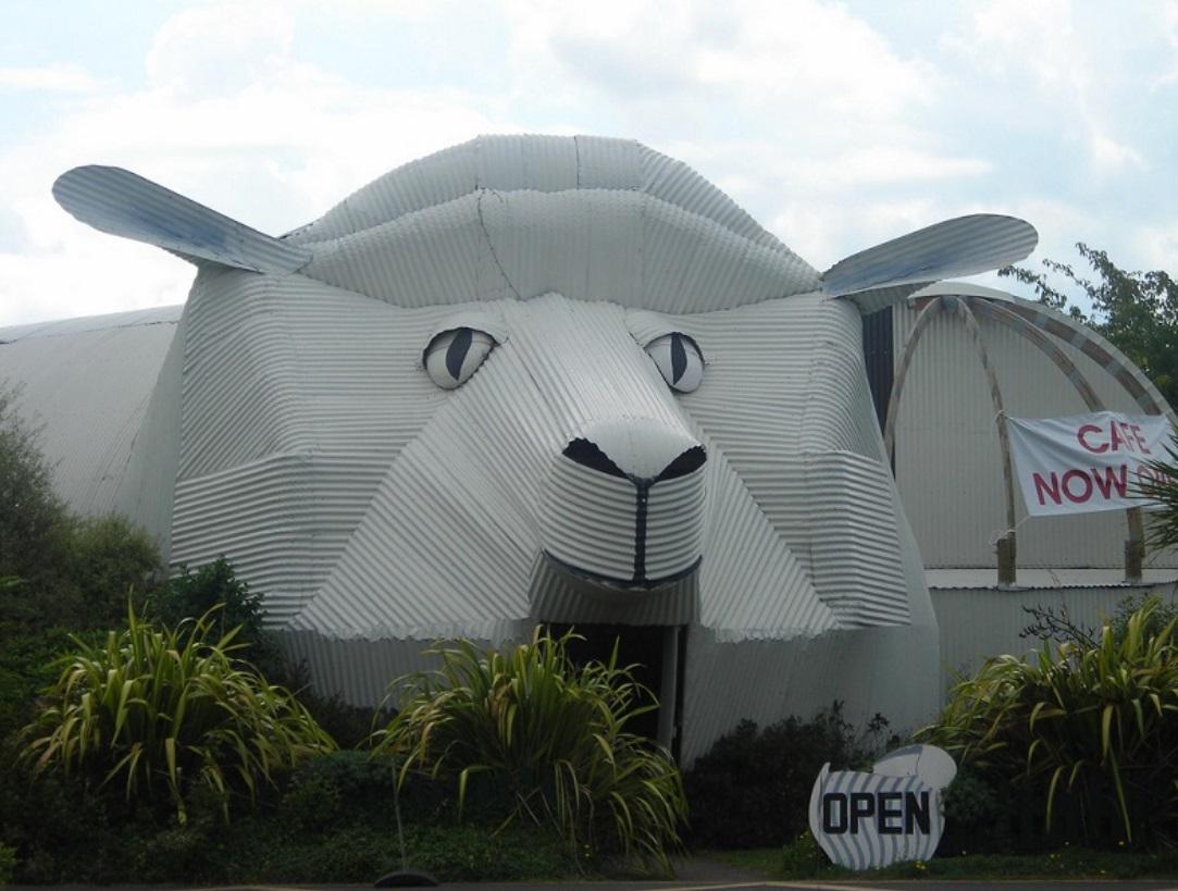 5 Bangunan Unik di Seluruh Dunia, dari Bentuk Kucing hingga Kepiting