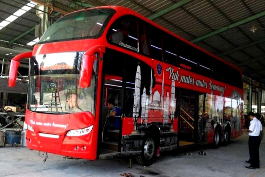Bus Pariwisata Kota Semarang di Pantai Cahaya
