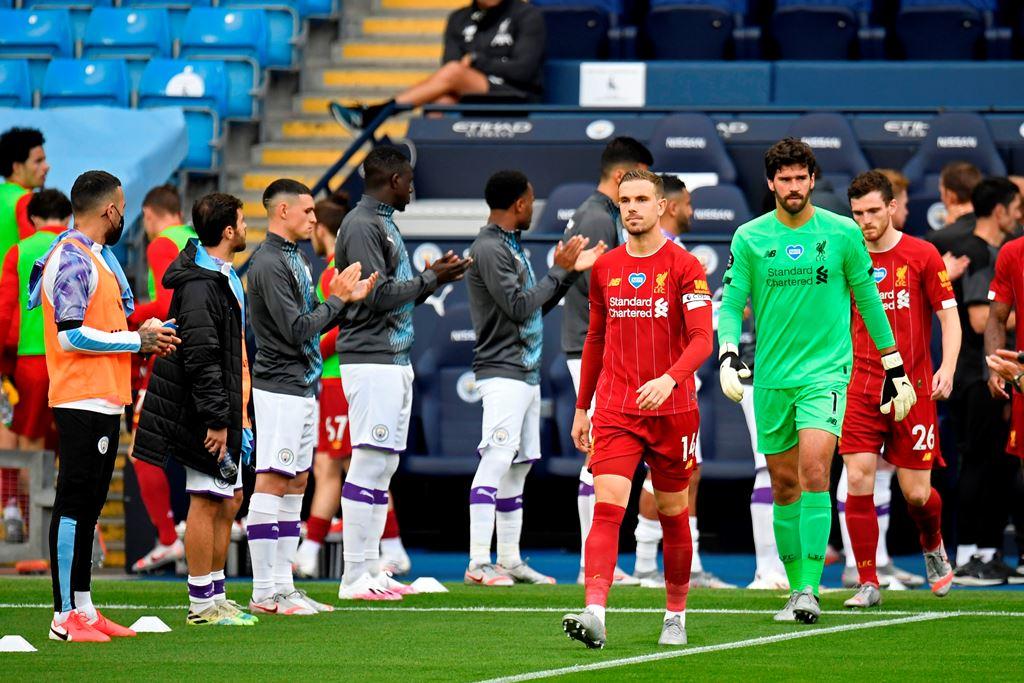 6 Potret <i>Guard of Honour</i> Man City untuk Liverpool