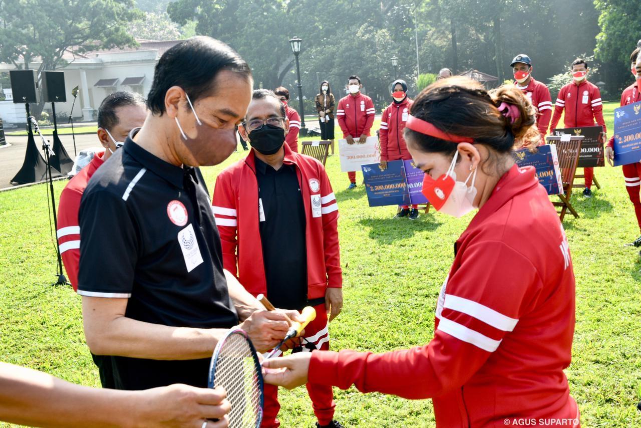 Leani Ratri Hadiahkan Raket Medali Emas Buat Jokowi