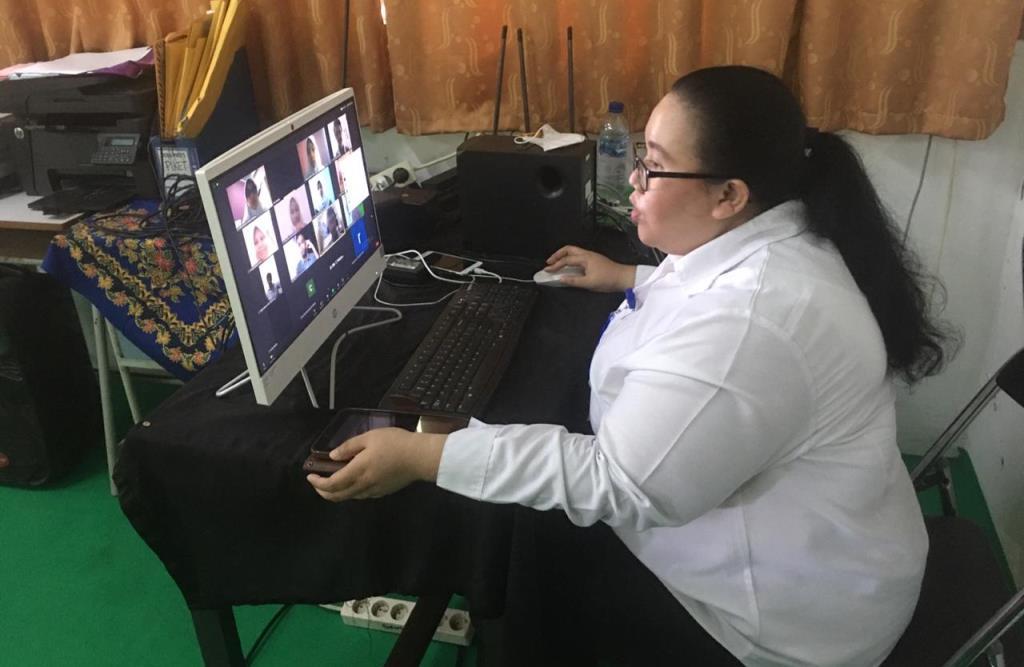 Guru SMAN 1 Tambun Bekasi, Jawa Barat, Dian Rosalina Sihotang, saat memberikan pembelajaran daring