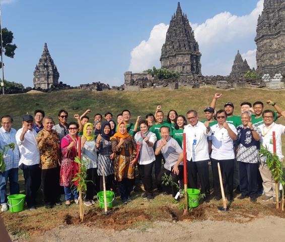 Ratusan Mahasiswa Tanamkan 250 Pohon di Sekitar Candi Prambanan