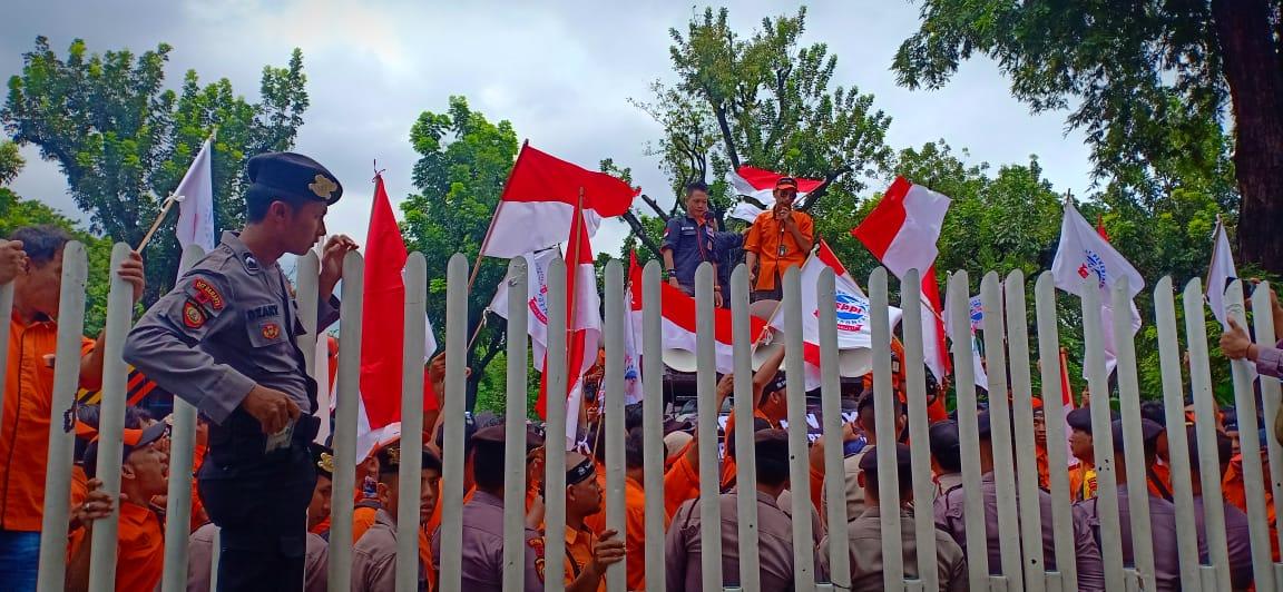 Karyawan PT Pos Blokade Jalan Medan Merdeka Selatan