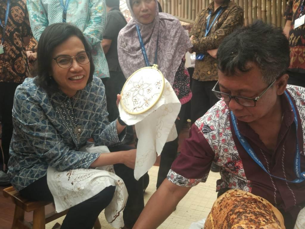 Sri Mulyani Lihai Membatik di Agenda IMF-WB