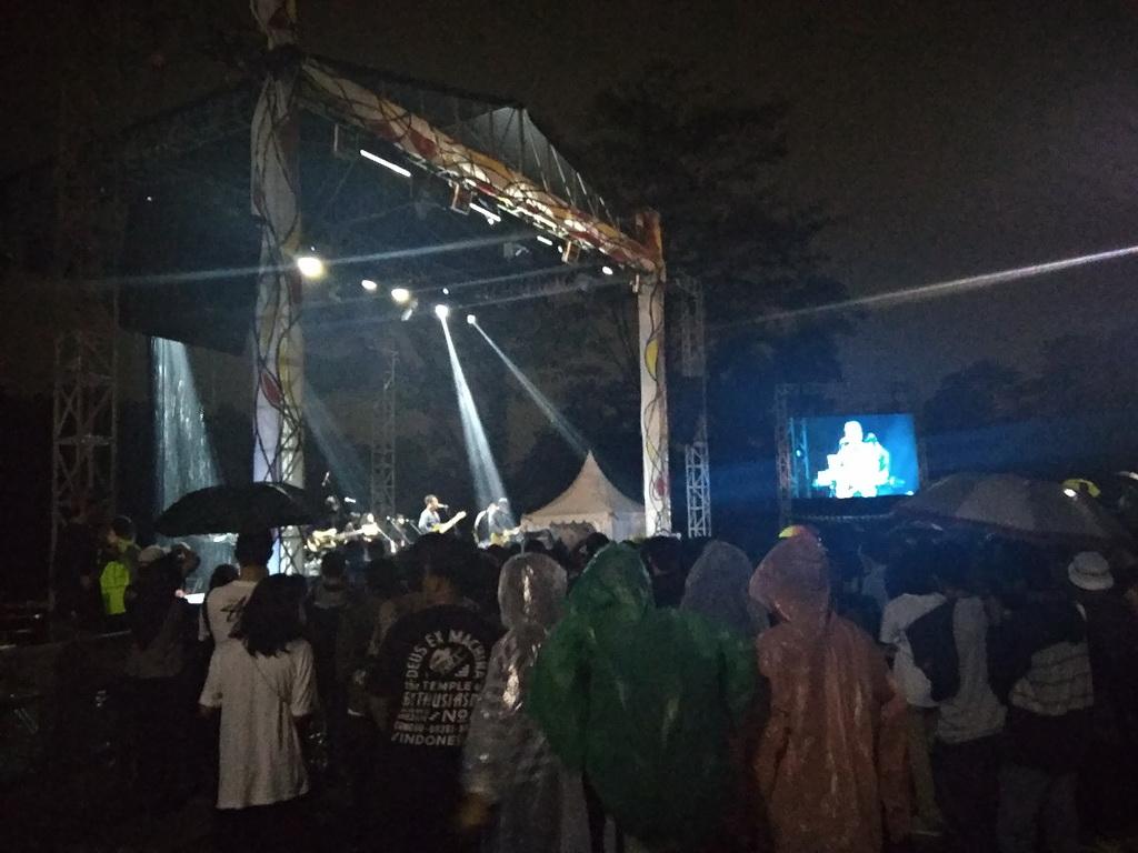 Hujan Iringi Penampilan Efek Rumah Kaca di Depok Bisa Dikonserkan