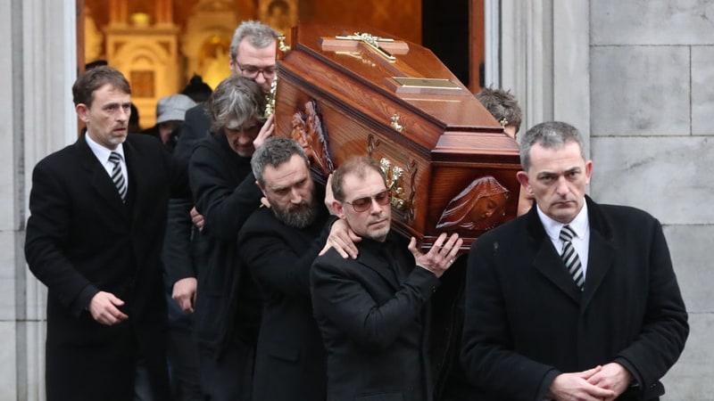 Dolores O'Riordan Dimakamkan di Sebelah Pusara Ayah