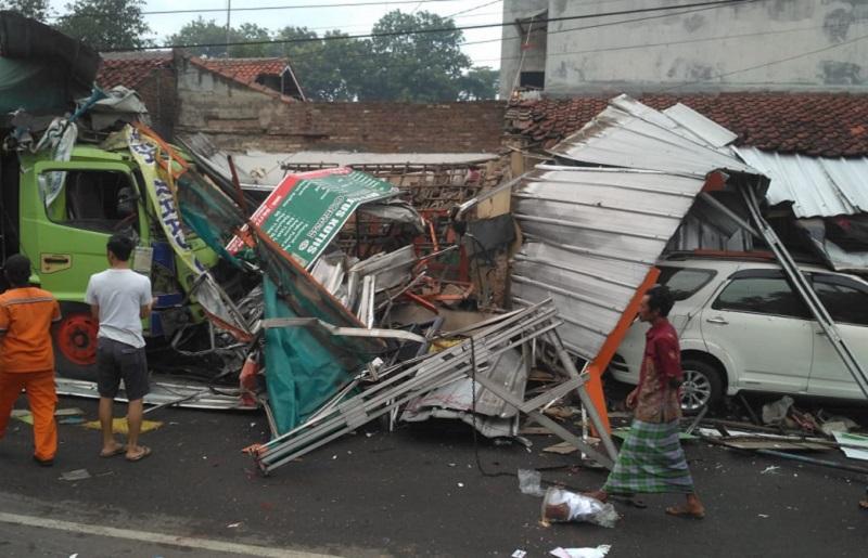 Ruko dan 2 Minibus Diseruduk Truk di Cirebon