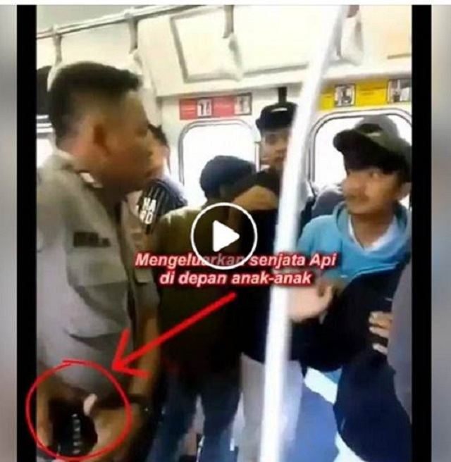 Video Viral Polisi Mengeluarkan Senjata Api di Depan Anak-Anak? Ini Faktanya