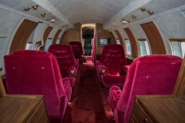 Interior Jet Pribadi Elvis Presley Serba Merah