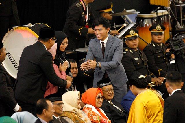 Pelantikan Jokowi, Kaesang Makin Gagah Pakai Jas Slim Fit