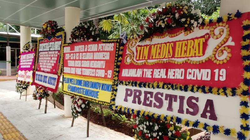 Karangan Bunga Penyemangat Tim Medis Meramaikan RSPI Sulianti Saroso