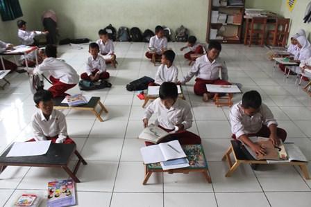 Ratusan Siswa SDN Pekayon Jaya III Belajar di Lantai