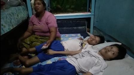Istri Ruben Onsu Kunjungi Remaja Kembar yang Lumpuh