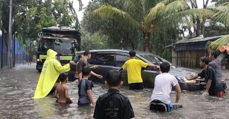 Mobil Terperosok Saat Menerobos Banjir di Sunter