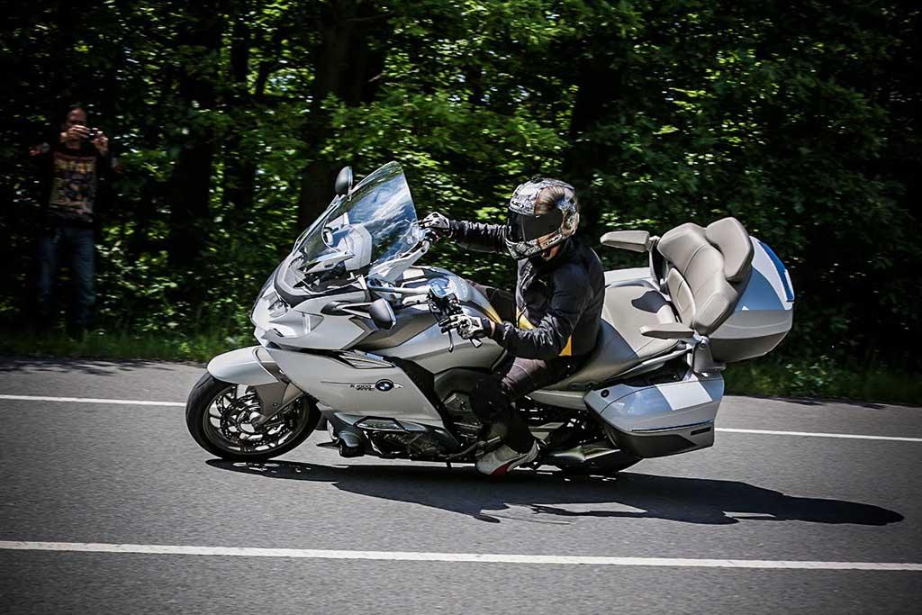Diduga Tak Kuat Topang Bobot BMW K1600, Penyebab Anies Terjatuh