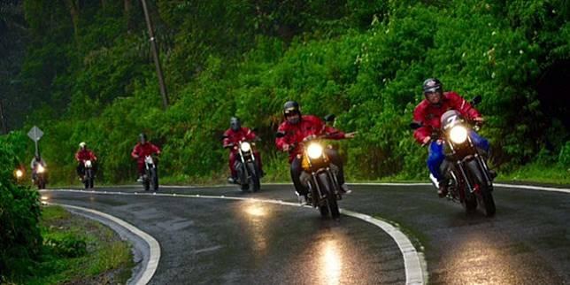 Aman saat Touring di Musim Hujan? Siapkan Hal-Hal Ini