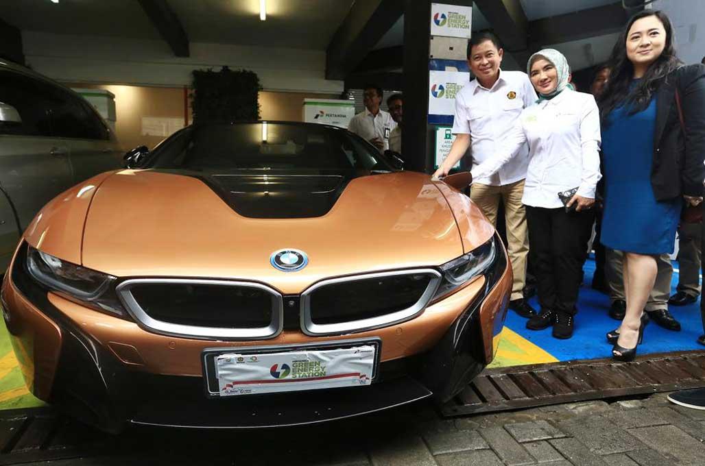 Pertamina dan BMW, Kerja Sama Pasang i Wallbox Plus di SPBU
