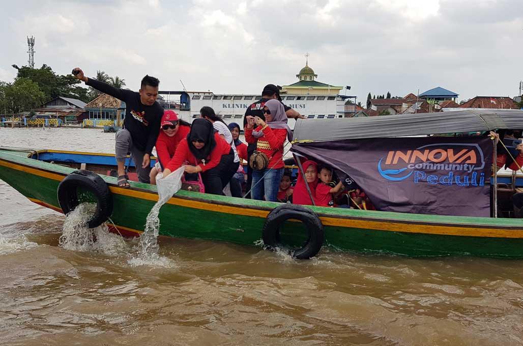 Innova Community 'Bersihkan' Sungai Musi dan Sebar Bibit Ikan