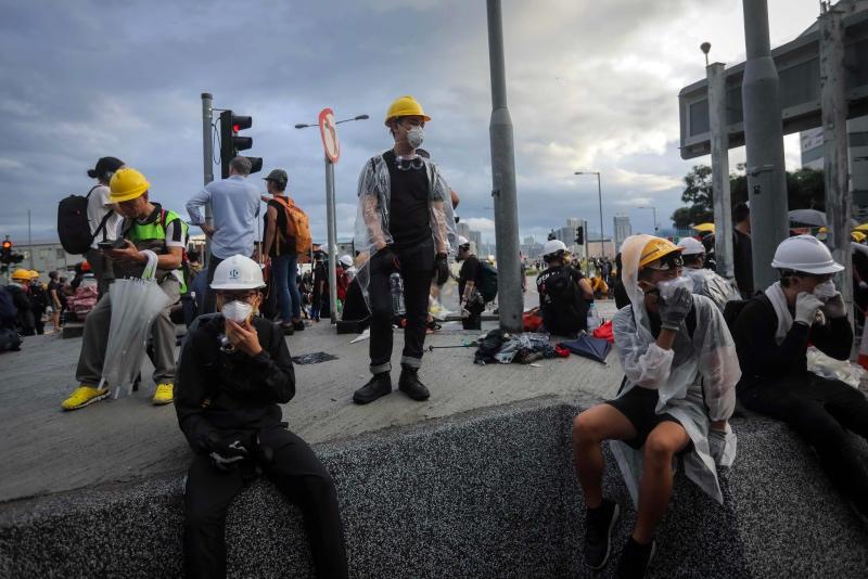 Bubarkan Protes, Polisi Hong Kong Gunakan Tongkat Kayu