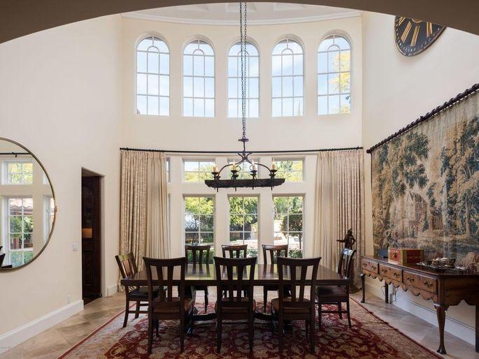Charlie Sheen Jual Rugi Rumah Mewahnya Rp90,1 Miliar
