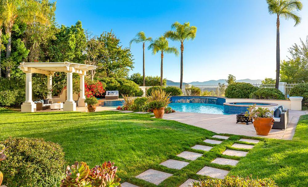 John Travolta Pindah ke Rumah Baru Bergaya Mediterania nan Mewah