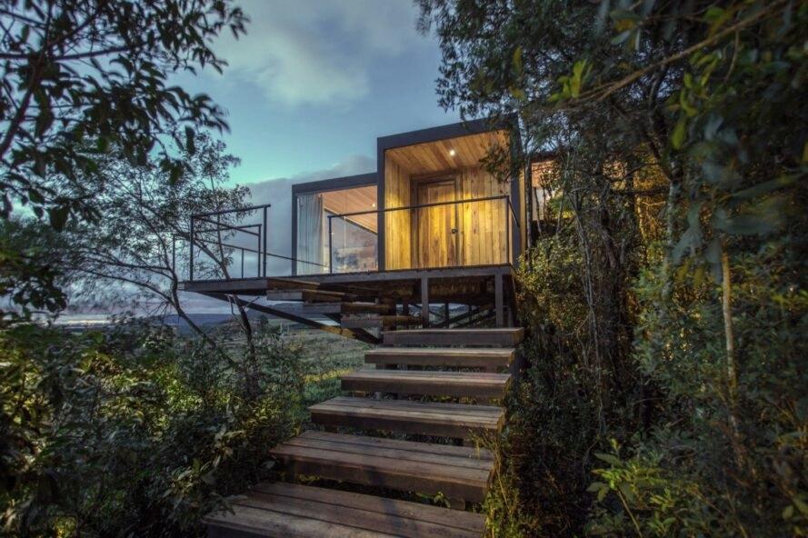 Rumah Peristirahatan dari Peti Kemas Bekas di Tengah Hutan