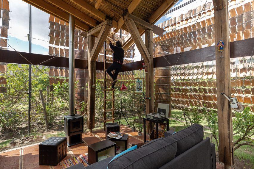 House of Flying Tiles, Rumah Abstrak dengan Gantungan Ubin