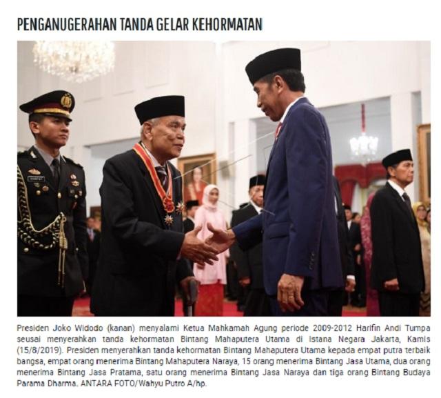 [Cek Fakta] Foto Jokowi Beri Penghargaan kepada Ridwan Saidi, Itu Hoaks