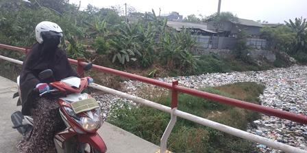 Kali Jambe Bekasi Tertutup Sampah Sepanjang 500 Meter