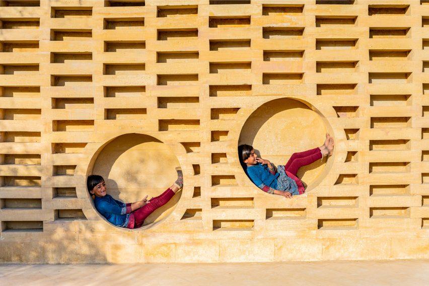 Desain Sekolah Khusus India dengan Simbol Feminisme