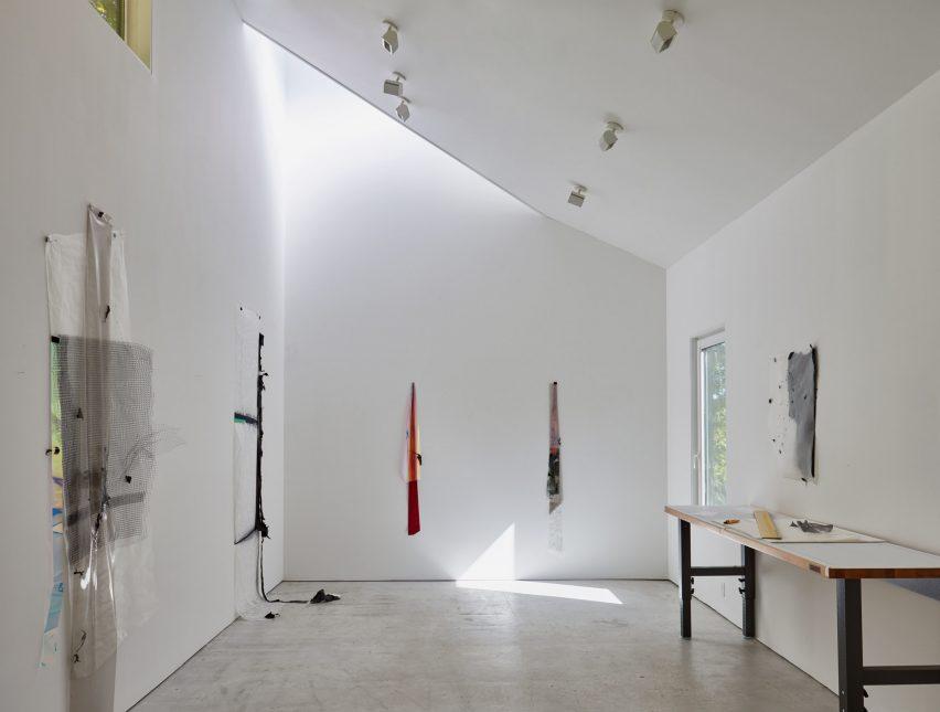 Kantor Seniman Patung dengan Fasad Hitam