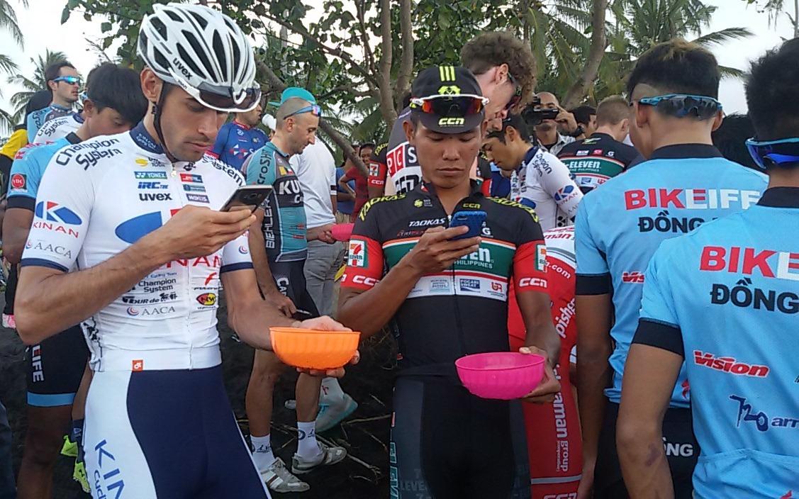 Pembalap Tour de Banyuwangi-Ijen Melepas Tukik