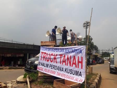 Warga Kota Tangerang 'Bajak' Kendaraan Berat
