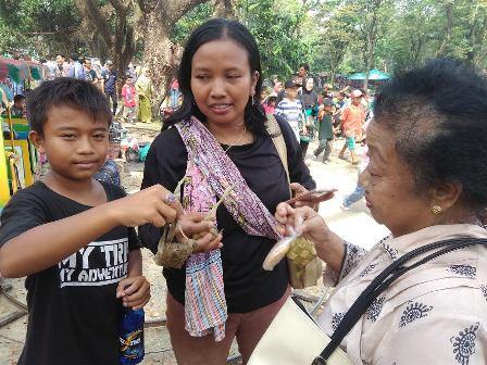 Ribuan Warga Berebut Ketupat dalam Tradisi Pekan Syawalan Jurug