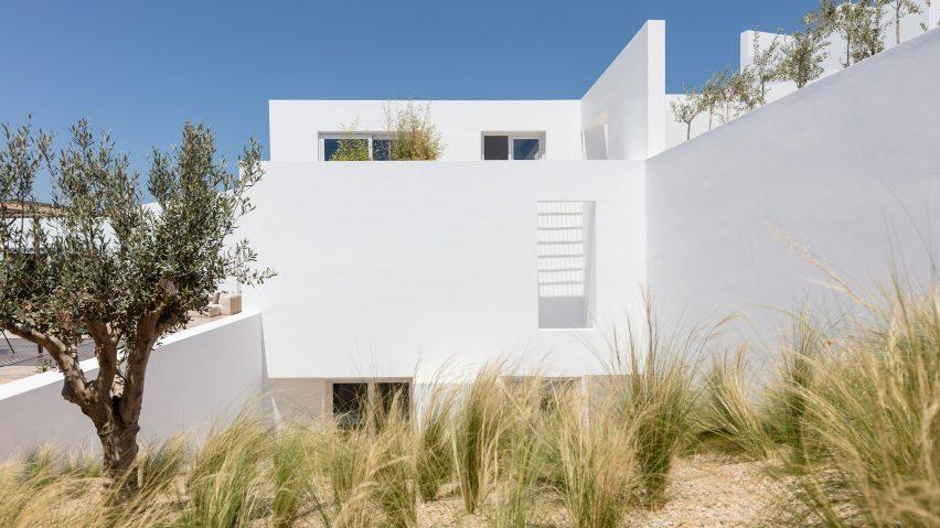 Vila Batu Kapur Putih Bergaya Yunani