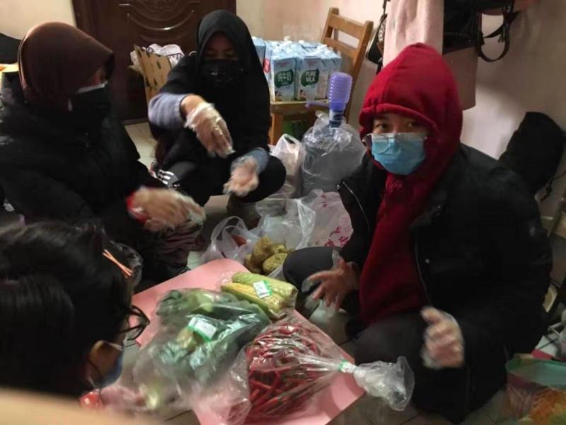 WNI Belanja Kebutuhan Pokok di Wuhan